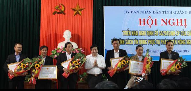 Đồng chí Nguyễn Xuân Quang UVTV Tỉnh ủy, Phó Chủ tịch Thường trực UBND tỉnh trao bằng khen của UBND tỉnh cho các tập thể đạt thành tích cho vay nông nghiệp.