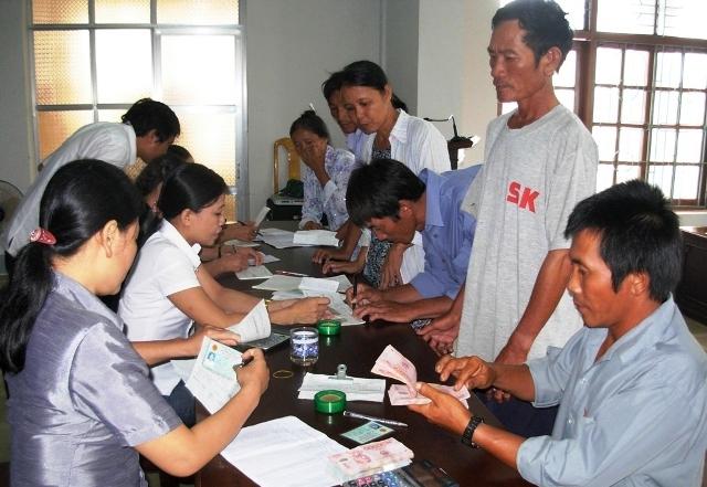 Hộ nghèo huyện Quảng Trạch (Quảng Bình) vay vốn phát chăn nuôi và nuôi thủy sản.