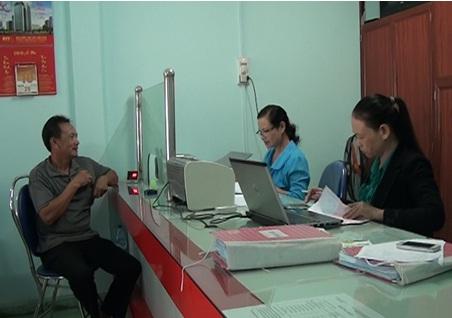 Khách hàng giao dịch tại Quỹ tín dụng nhân dân Hành Thịnh
