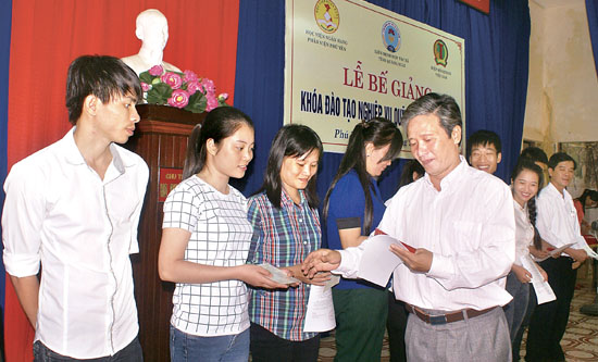 Ông Lê Hạnh - Chủ tịch Liên minh HTX tỉnh trao chứng chỉ cho học viên hoàn thành khóa đào tạo nghiệp vụ quỹ TDND