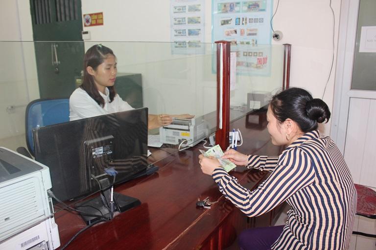 Khách hàng giao dịch tại Quỹ tín dụng nhân dân Tề Lỗ (Yên Lạc)