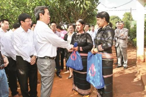 Thống đốc Nguyễn Văn Bình tặng quà các hộ gia đình buôn L Pốc, xã Ia Khươi, huyện Chư Păh, tỉnh Gia Lai