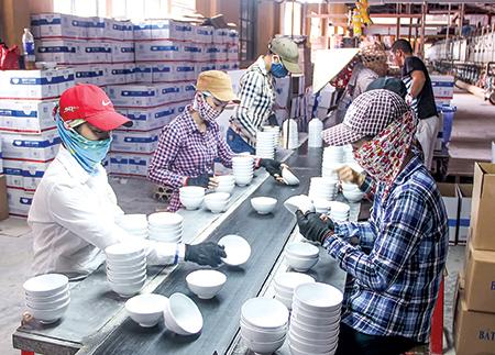 Sản xuất đồ sứ dân dụng tại Công ty Cổ phần Gạch men sứ Long Hầu (Khu công nghiệp Tiền Hải).