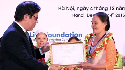 Ông Nguyễn Kim Anh, Phó thống đốc Ngân hàng Nhà nước Việt Nam trao phần thưởng các cá nhân tiêu biểu.