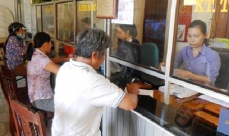 Khách hàng làm thủ tục vay vốn tại QTDND xã Đức Ninh