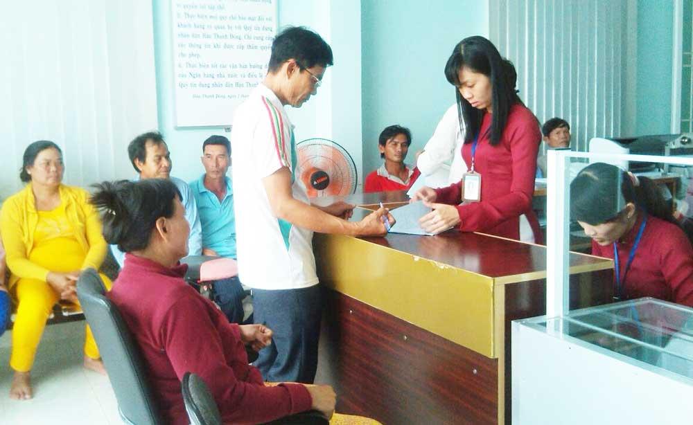 Khách hàng đến giao dịch tại Quỹ TDND Hậu Thạnh Đông, tỉnh Tân Thạnh