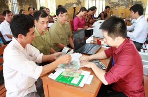 Nông dân nghèo huyện Ninh Giang phấn khởi nhận vốn vay ưu đãi tại Điểm giao dịch xã