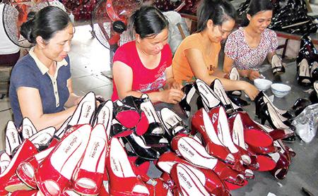 Cơ sở sản xuất giầy dép nữ Hạnh Vân (xã Thái Học, huyện Thái Thụy) mở rộng quy mô sản xuất từ nguồn vốn tín dụng ngân hàng.