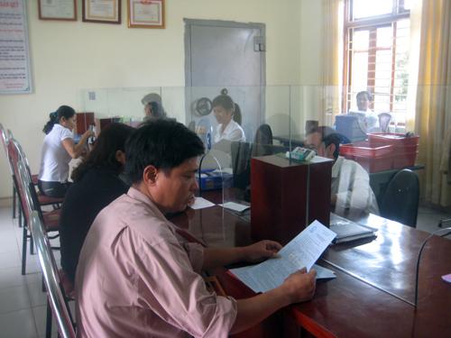 Khách hàng giao dịch tại Quỹ tín dụng nhân dân Minh Phương (TPViệt Trì, Phú Thọ).