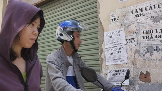 Quảng cáo cho vay tiền trong dịp Tết Nguyên đán 2016 trên đường Nguyễn Trọng Tuyển, Q.Phú Nhuận, TP.HCM