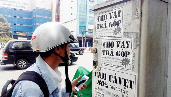 """Tràn lan tờ rơi, mẫu quảng cáo cho vay """"nóng"""", vay tín chấp ở TPHCM. Ảnh: Việt Văn"""