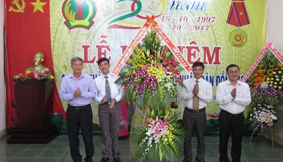 Ông Huỳnh Quang Tiên Bí thư thị uỷ và Ông Lê Trường Sơn chủ tịch uỷ ban nhân dân thị xã Đồng Xoài  tặng hoa cho đại diện lãnh đạo Quỹ tín dụng Nhân dân Đồng Xoài nhân dịp lễ kỷ niệm 20 năm ngày thành lập(16/10/1997 – 16/10/2017)