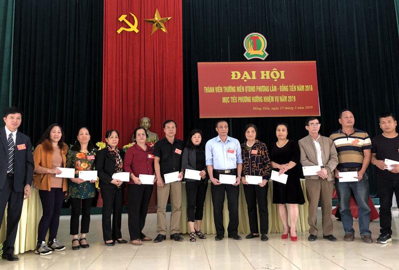 Lãnh đạo Quỹ tín dụng tặng thưởng cho 20 khách hàng và thành viên.