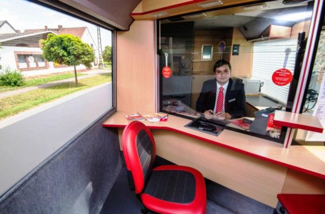ông Jürgen Schaller - Giám đốc quản lý của một ngân hàng tiết kiệm nhà nước lại phải vào vai một tài xế lái chiếc xe tải chuyên cung cấp các dịch vụ ngân hàng di động - Mobile Banking đến khu vực nông thôn.