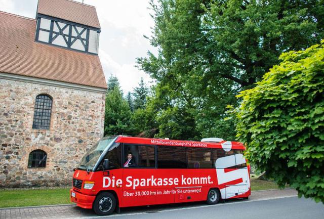 ở các vùng nông thôn tại Đức, Mobile Banking lại được hiểu là những chiếc xe tải di động cho phép thực hiện các giao dịch ngân hàng.