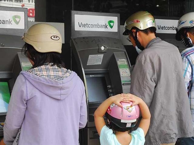 Kể từ hôm qua (28-5), bảy ngân hàng thương mại đã phát hành những chiếc thẻ ATM làm bằng công nghệ chip thay cho thẻ từ đang sử dụng hiện nay