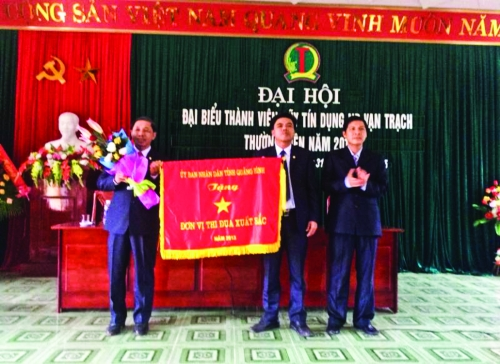 Đồng chí Mai Xuân Toàn – Trưởng ban TĐKT tỉnh trao tặng Cờ thi đua cấp tỉnh cho đơn vị