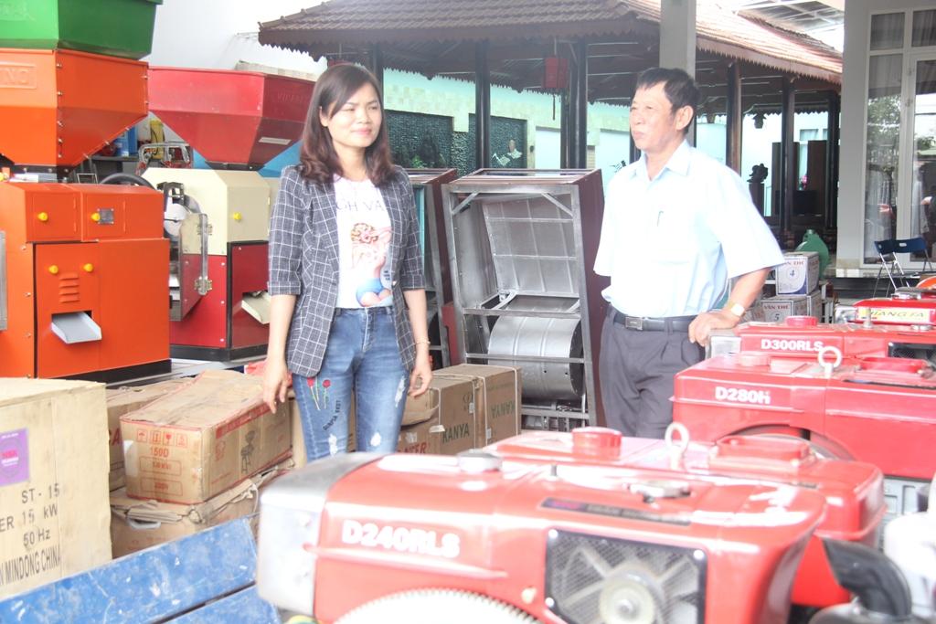 Chị Nguyễn Thị Vĩ sử dụng vốn vay Quỹ tín dụng nhân dân để kinh doanh máy nông cơ. Ảnh: M.Thông