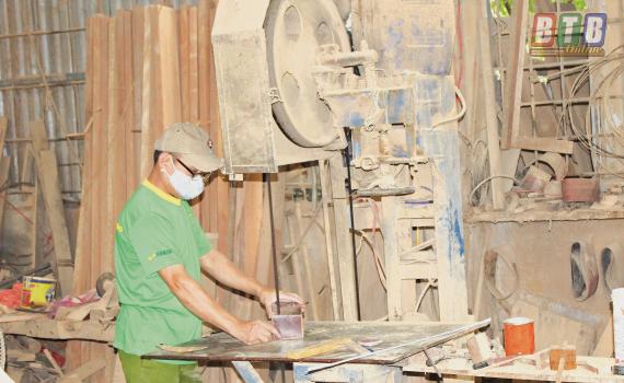 Sử dụng vốn vay hiệu quả, cơ sở sản xuất đồ gỗ Hoàn Thơm (thôn Lục Nam, xã Thái Xuyên, huyện Thái Thụy) đạt doanh thu trung bình từ 400 - 500 triệu đồng/tháng.